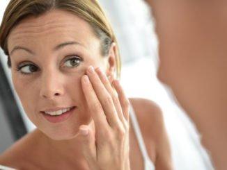 Frau 30 Gesicht Pflege