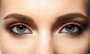 Stark betonte Augenbrauen sind trendy
