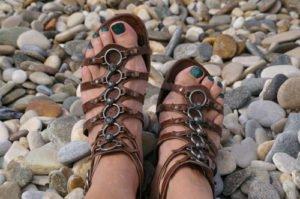 Gerade im Sommer sollte man viel Wert auf eine gute Fußpflege legen