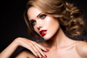 Metallic-Lidschatten und roter Lippenstift sind perfekt für einen getönten Teint