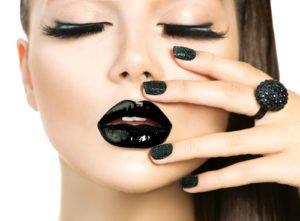 Beim Party Make Up dürfen es im Moment auch schwarze Lippen sein