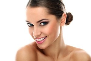 Young latino woman smiling isolated beauty - Schlupflieder schminken ...