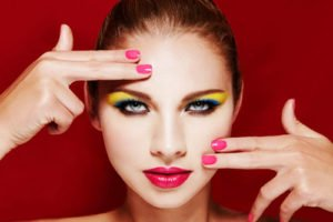 Beim Augen Make Up geht es im Jahr 2011 sehr bunt zu
