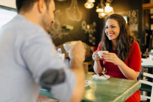 Beim ersten Date sollte man sich so natürlich wie möglich geben