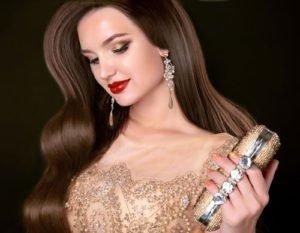 Make Up in Gold-Nuancen kann selbst ein schlichtes Outfit aufwerten