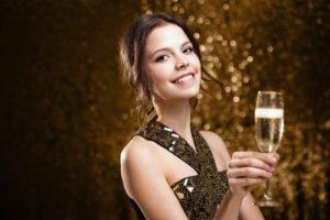 Auf einer Silvester Party darf das Outfit auch mal extravagant und glamourös sein