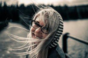 Bei der Auswahl der Brille sollte man auch die Frisur berücksichtige