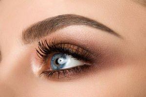 Frauen mit blauen Augen schmeicheln vor allem Orange- und Braun-Töne sehr