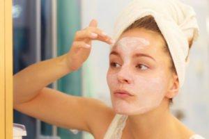 Bei vielen Mitessern sollte man eine Kosmetikerin aufsuchen