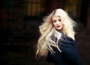 Trockene Haare brauchen besondere Pflege um so zu glänzen