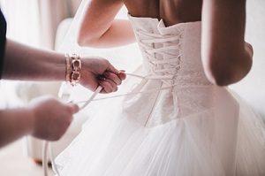 Das Brautkleid ist für Bräute das Wichtigste bei der Planung der Hochzeit © kostyazar