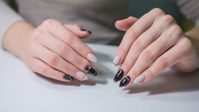 Fingernägel marmorieren