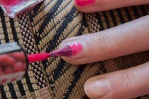 Fingernägel mit der linken Hand lackieren