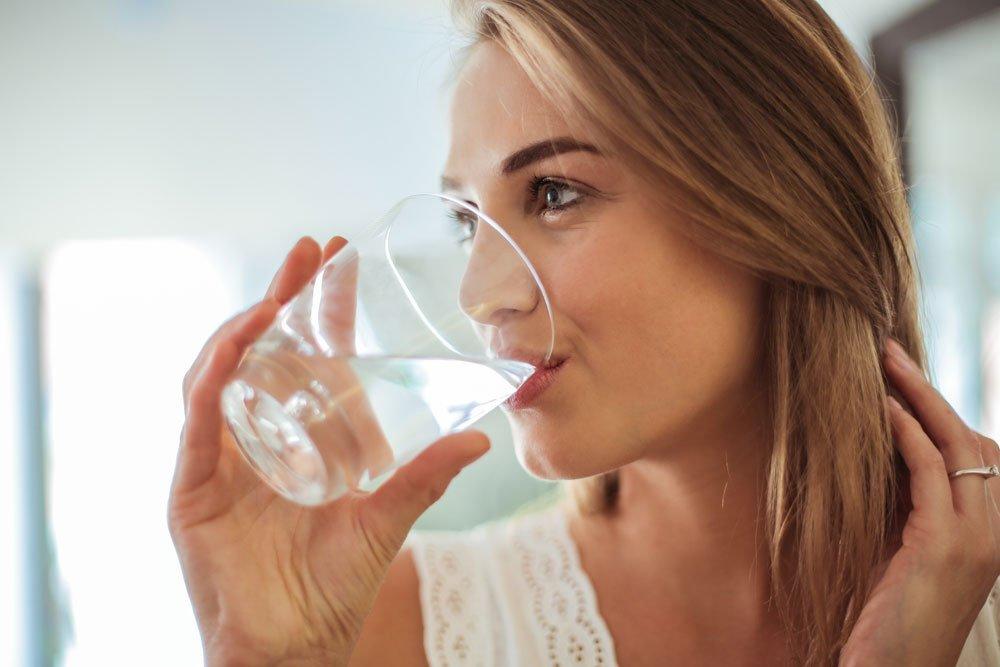 Augenfalten - Tipps zum Vorbeugen - trinken