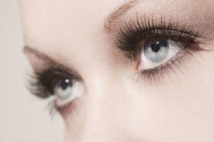 Perfekter Augenaufschlag durch geschwungene Wimpern