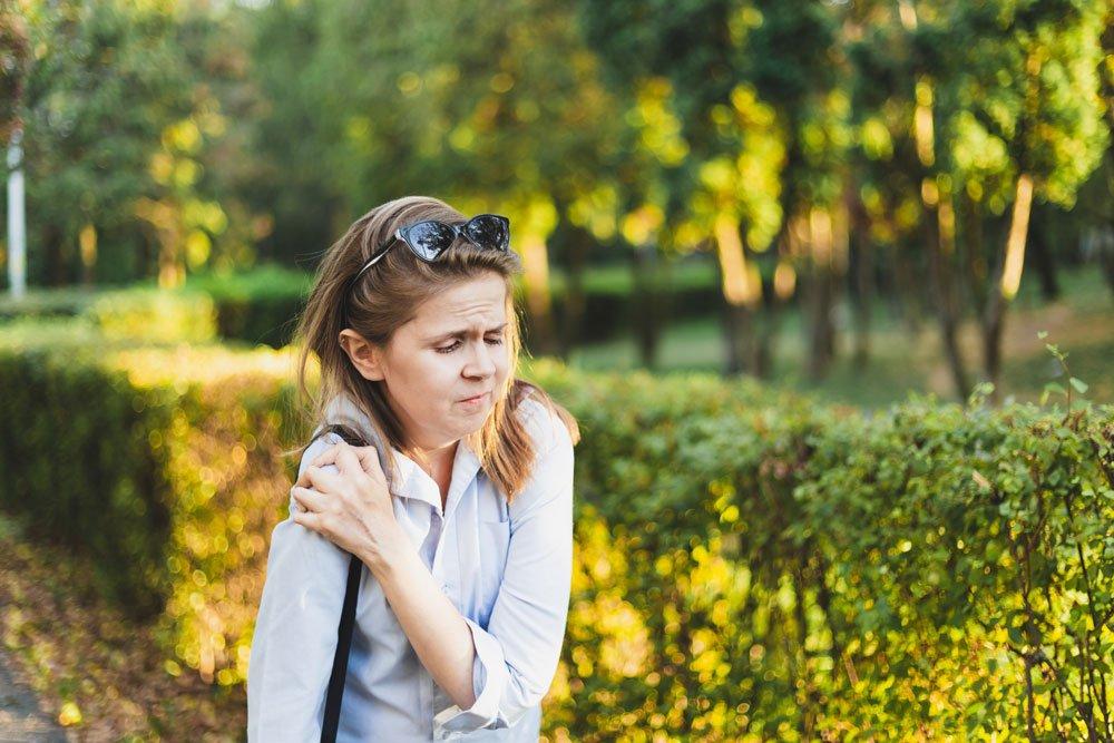 Frau Handtasche Schulterschmerzen