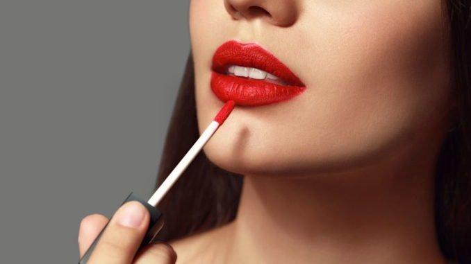 roter Lippenstift passend zum Hautton