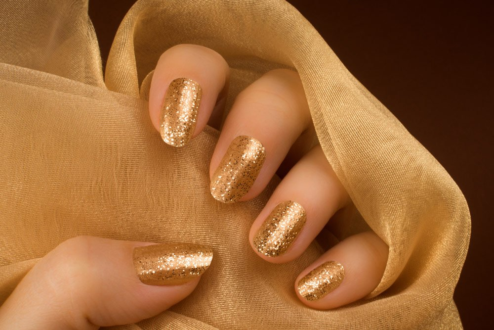 Nagellack in Gold-Metallic