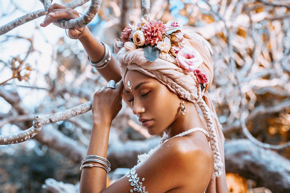Turbane als Kopfbedeckung zum Brautkleid