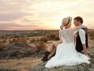Brautpaar genießt Sonnenuntergang