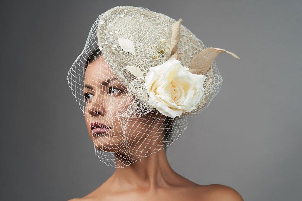 Braut trägt einen Fascinator