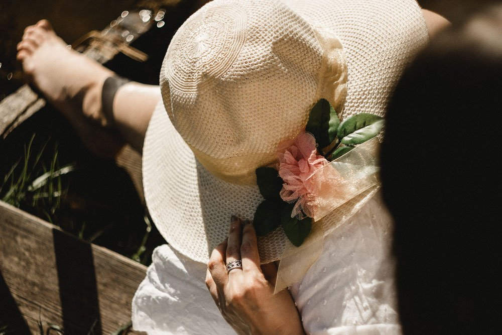 Braut mit Glatze und Hut