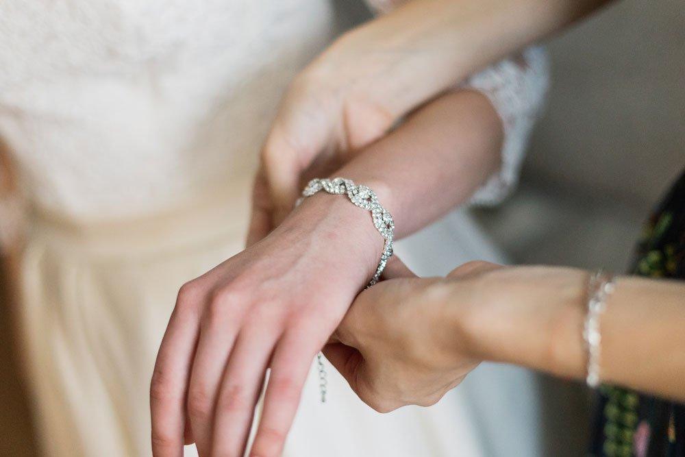 Braut bekommt Armband angelegt