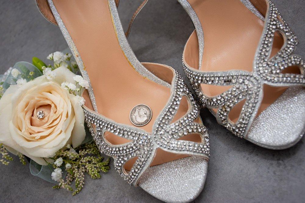 Sixpence im Brautschuh