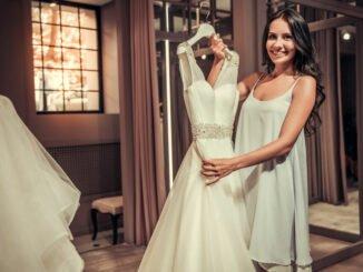 Frau freut sich über Brautkleid