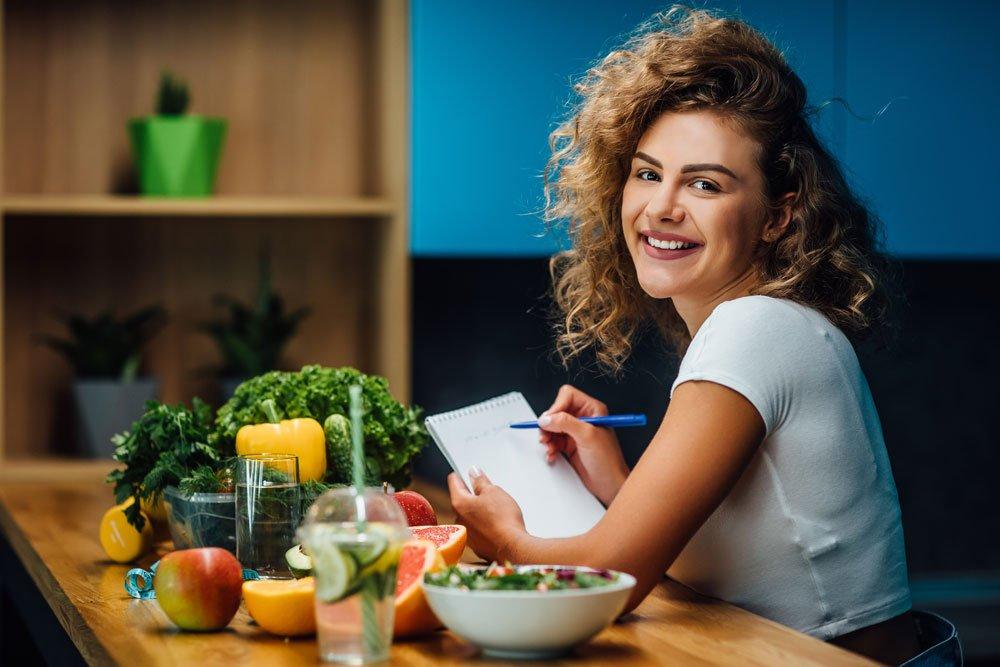 Frau führt Ernährungstagebuch