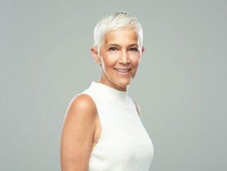 Frau mit kurzen,grauen Haaren