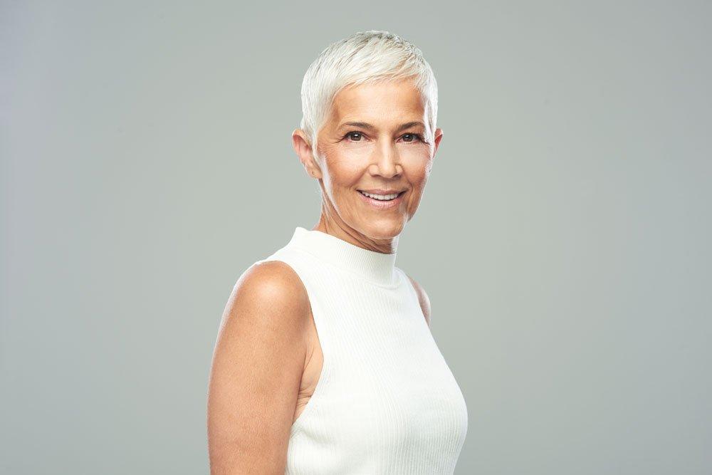 Frau mit kurzen, grauen Haaren