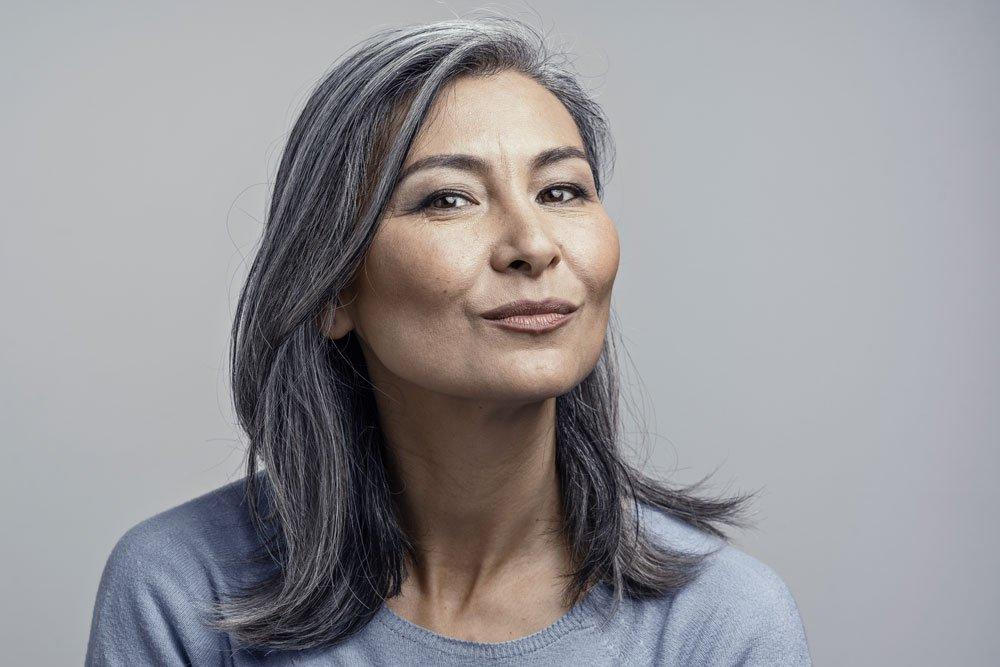 Frau mit grau-schwarzen Haaren