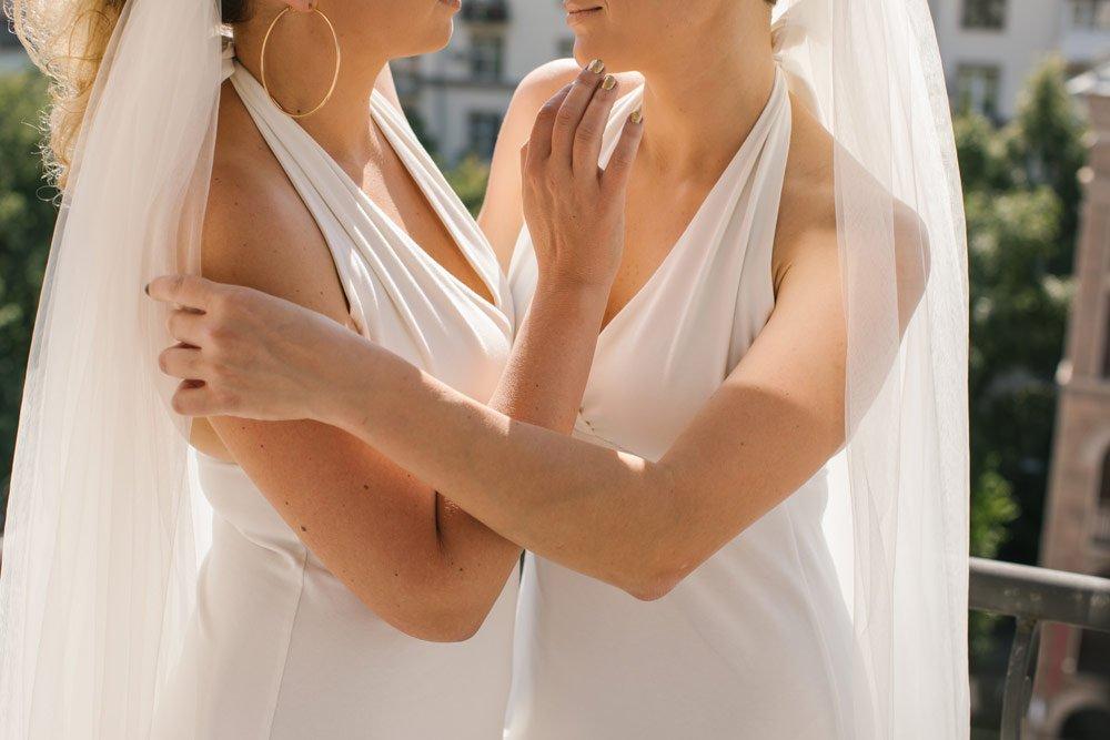 lesbische Hochzeit in Brautkleidern