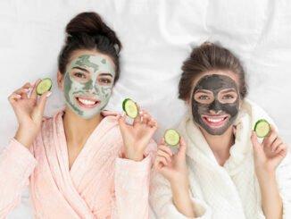 Zwei Frauen mit Gesichtsmaske