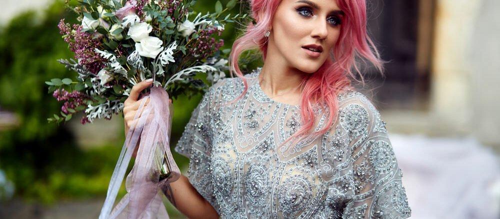 Frau mit rosa Haaren