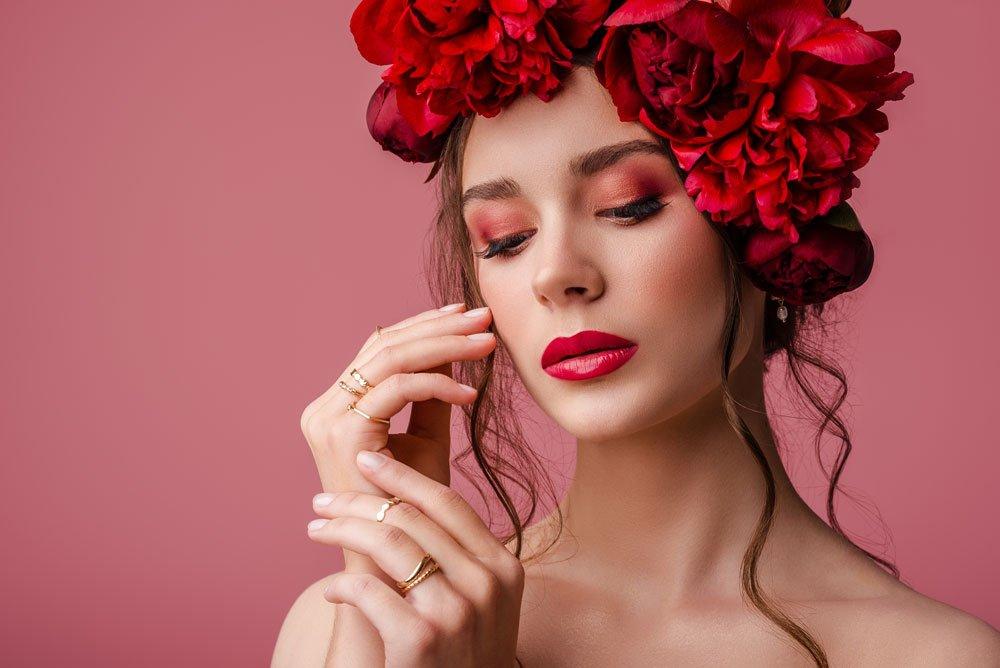 Frau mit rotem Lidschatten