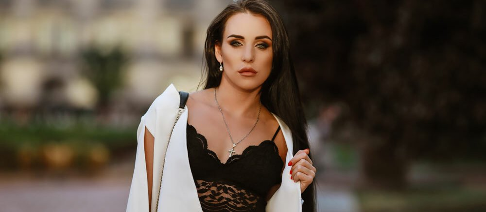Frau trägt Bralette