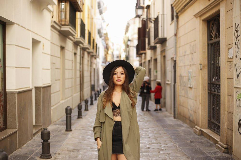 Frau trägt Bralette mit Mantel und Rock