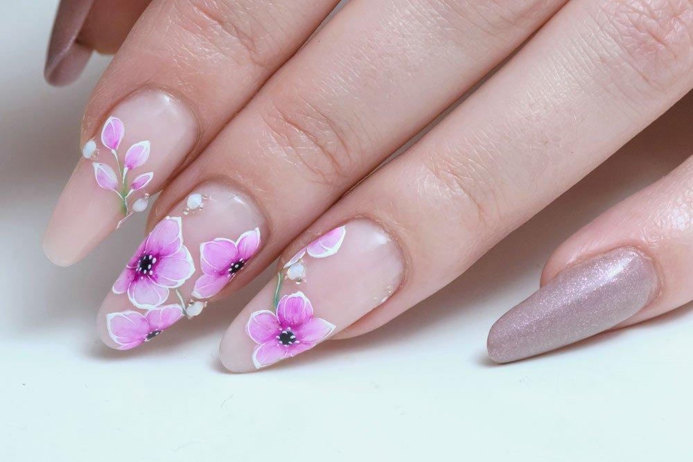 Blumen auf die Fingernägel gemalt